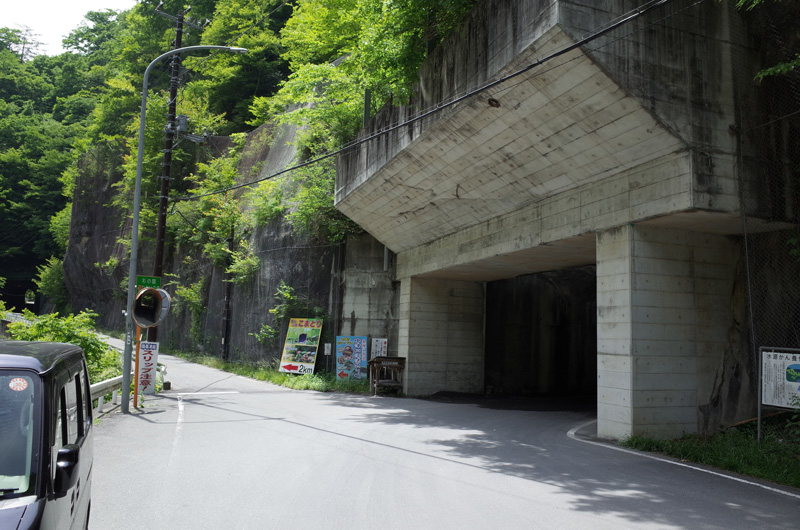 写真は記事とは関係ない。<br> 埼玉県道210号と旧中津川林道(秩父市道大滝幹線17号線)の分岐:Ricoh GR、18.3mm(35mm版28mm相当)、F5.6、1/250秒、プログラムAE、ISO-AUTO(ISO 100)、AWB、画像設定:スタンダード、マルチAF