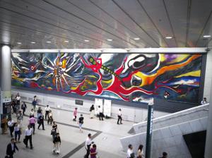 【写真2】岡本太郎「明日の神話」(渋谷駅):HUAWEI P20 lite(ANE-LX2J)、3.81mm、F2.2開放、1/33.3秒、ISO320、プログラムAE、AWB、【Silkypix developer studio 6で現像:縮小】