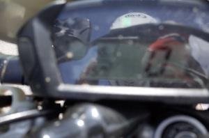 【写真中】上信越自動車道東部湯の丸SAのガソリンスタンドにて:Ricoh GR、18.3mm(35mm版28mm相当)、F5.0、1/125秒、プログラムAE、ISO-AUTO(ISO 100)、AWB、画像設定:スタンダード、マルチAF