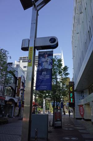 筒香嘉智選手のベイスターズの旗(2019年11月横浜市中区伊勢佐木町)::Ricoh GR、18.3mm(35mm版28mm相当)、F5.6、1/250秒、プログラムAE、ISO-AUTO(ISO 100)、AWB、画像設定:スタンダード