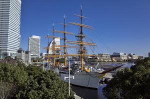 帆船日本丸(横浜市西区みなとみらい):Ricoh GR、18.3mm(35mm版28mm相当)、F5.6、1/800秒、プログラムAE、ISO-AUTO(ISO 100)、AWB、Silkypix developer studio 6でRAWから現像(フィルム調V1)