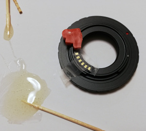 """【写真3】""""Aluminium Alloy Lens Mount Adapter Converter fr C-Mount Lens to Nikon 1 DSLR""""(DSLRと書いてあるが、Nikon 1はDSLRではなくミラーレスデジタルカメラだ)にGfotoの薄型タンポポチップをエポキシ樹脂で接着しているところ"""