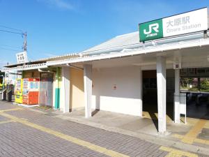【写真4】JR東日本大原駅入口といすみ鉄道大原駅入口(千葉県いすみ市):Huawei P20 lite(ANE-LX2J)、3.81mm(35mm版26mm相当)、F2.2開放、1/570.8秒、ISO50、プログラムAE、AWB