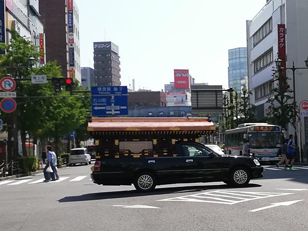 宮型霊柩車(横浜市中区):Huawei P20 lite(ANE-LX2J)、3.81mm(35mm版26mm相当)、F2.2開放、1/940.7秒、ISO50、プログラムAE、AWB