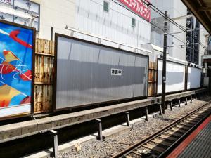 【写真下】JR新宿駅の広告:Huawei P20 lite(ANE-LX2J)、3.81mm(35mm版26mm相当)、F2.2開放、1/369.4秒、ISO50、プログラムAE、AWB