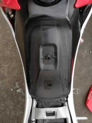 CRF250Lのシートを外して前方ガソリンタンク部分をみたところ(この写真は後述の右側フレームに無限電光hit-air用伸縮ワイヤーを取り付け済み)