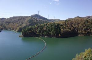 【作例下】乙女湖琴川ダム2018年10月撮影:Ricoh GR、18.3mm(35mm版28mm相当)、F5.6、1/250秒、プログラムAE、ISO-AUTO(ISO 100)、AWB、画像設定:スタンダード、スポットAF中央1点、リサイズのみ