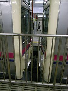 連結(京王電鉄京王線新宿駅にて):GR DIGITAL 28mm相当、1/104sec、F2.4開放、ISO400、-0.3EV、プログラムオート