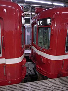 連結2(京浜急行電鉄横浜駅にて):GR DIGITAL 28mm相当、1/18sec、F2.4開放、ISO154、-0.3EV,プログラムオート