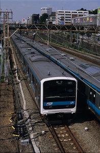 JR東日本209系電車とJR東日本E233系1000番台電車(京浜東北線):Nikon F100、NIKKOR-S・C Auto 50mm F1.4 (Ai改)、絞りF5.6、絞り優先AE、中央重点測光、富士Sensia III (RA III)、L37C、フードHS-1、Nikon SUPER COOLSCAN 5000ED