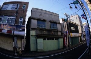 横浜・反町:Nikon F3、ニコンおもしろレンズ工房ぎょぎょっと20(Nikon AMUSING LENSES Fish-eye Type 20mm F8)、F8AE、富士センシアIII(RA3)、専用フードTI.HK-1、Nikon SUPER COOLSCAN 5000ED