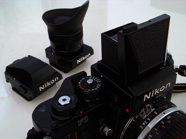 手前Nikon F3 + DW-3(開いたところ)、後ろはDE-2(左)・DW-4(右)