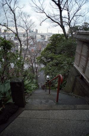 根岸・白滝不動からの眺望(横浜市中区):Nikon F3、Ai Nikkor 20mm F2.8S、F4、1/15sec、Kodak New PORTRA 160、Nikon L37c、Nikon SUPER COOLSCAN 5000 ED(ICEありGEMなしROCなし)