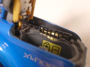 Nikon COOLPIX S30、SDカード逆刺しの図
