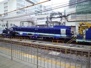 Plasser & Theurer社製 MFS50通称「青太郎」(JR池袋駅):CASIO G'zOne TYPE-X、4.6mm、1/25秒、F2.8、ISO感度不明、全てオート、レンズ前に保護シールあり