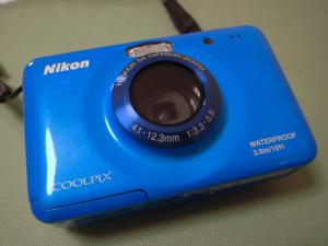 防水蓋が壊れただけで本体交換になってしまったNikon COOLPIX S30
