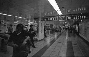 ヨコハマ・ビオゴン・モノクロ計画その30(横浜市営地下鉄関内駅):CONTAX G1、Carl Zeiss Biogon T* 21mm F2.8、Kenko L37 Super PRO、F4AE、Kodak 400TX(TRI-X)、Nikon SUPER COOLSCAN 5000 ED(ICEなしGEMなし)