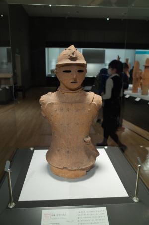 埴輪 短甲の武人(重要文化財:東京国立博物館):Ricoh GR、18.3mm、F2.8開放AE(1/40秒)、ISO-AUTO(ISO800)、AWB、画像設定:スタンダード