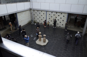 神奈川県立近代美術館鎌倉 旧館中庭:Ricoh GR、ワイコンGW-3、13.7mm(21mm相当)、F5.0、1/125秒、プログラムAE、ISO-AUTO(ISO 100)、AWB、画像設定:スタンダード