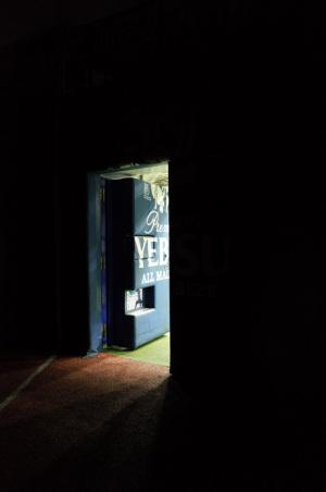 希望の光(横浜市中区):Ricoh GR、18.3mm(35mm版28mm相当)、F2.8開放、1/40秒、プログラムAE、ISO-AUTO(ISO 2200)、AWB、画像設定:スタンダード、スポットAF