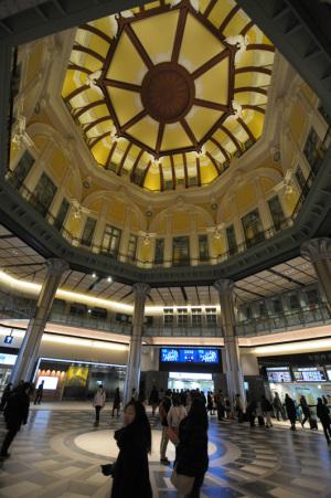 東京駅丸の内北口:Nikon D300S、AF-S DX NIKKOR 10-24mm f/3.5-4.5G ED、Nikon NCフィルター、HB-23フード、10mm、F3.5開放、1/30秒、手持ち撮影、絞り優先AE、ISO-AUTO(ISO 900)、AWB、ピクチャーコントロール:ポートレート、マルチパターン測光、51点AF-AUTO 、高感度ノイズ低減:標準