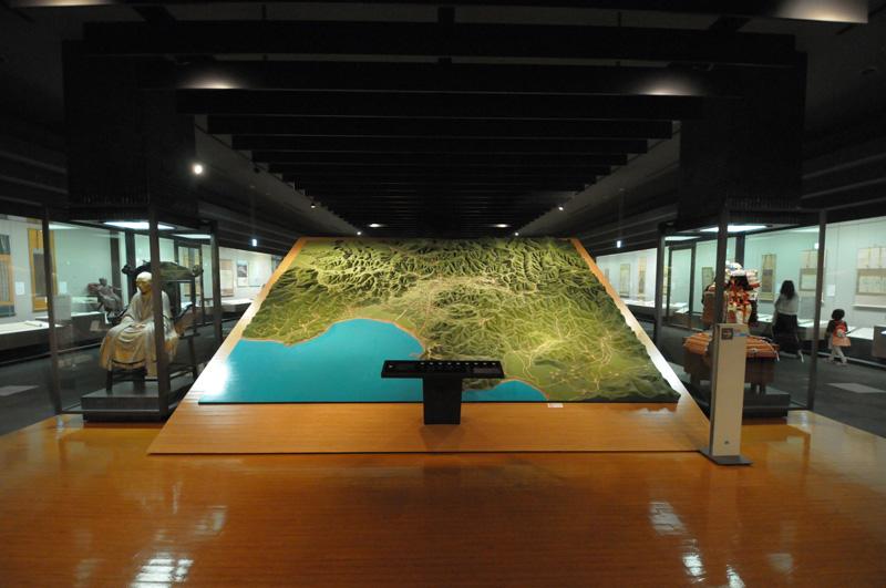 「注文の多い料理店」ならぬ「撮影禁止の多い博物館」神奈川県立歴史博物館常設展示:Nikon D300S、AF-S DX NIKKOR 10-24mm f/3.5-4.5G ED、Nikon NCフィルター、HB-23フード、10mm(35mm版15mm相当)、F3.5開放、1/15秒、手持ち撮影、絞り優先AE、ISO-AUTO(ISO 3200)、AWB、ピクチャーコントロール:ポートレート、マルチパターン測光、AF中央1点 、高感度ノイズ低減:標準