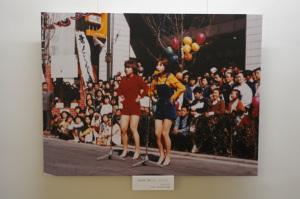 馬車道で歌うピンクレディ(1977年)(神奈川県立歴史博物館):Nikon D300S、AF-S DX NIKKOR 10-24mm f/3.5-4.5G ED、Nikon NCフィルター、HB-23フード、18mm(35mm版27mm相当)、F4.5開放、1/5秒、手持ち撮影、絞り優先AE、ISO 200、AWB、ピクチャーコントロール:ポートレート、マルチパターン測光、AF中央1点 、高感度ノイズ低減:標準