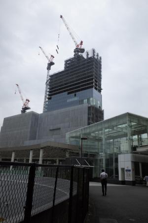 横浜駅きた東口:Ricoh GR、18.3mm(35mm版28mm相当)、F5.6、1/500秒、、プログラムAE、ISO-AUTO(ISO 100)、AWB、画像設定:スタンダード、マルチAF