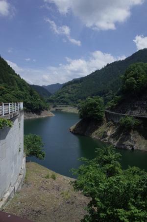 中津川・塩沢もみじ橋から奥秩父もみじ湖方面を望む:Ricoh GR、18.3mm(35mm版28mm相当)、F5.6、1/750秒、プログラムAE、ISO-AUTO(ISO 100)、AWB、画像設定:スタンダード、マルチAF