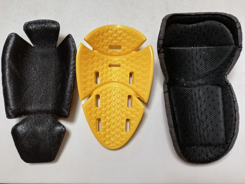 【写真中】左:ラフアンドロード肘プロテクターRR10087(CEレベル1)、中央:コミネSK-810 肘・膝用プロテクター(CEレベル2)、右:コミネSK-635 CEプロテクター(CEレベル1)