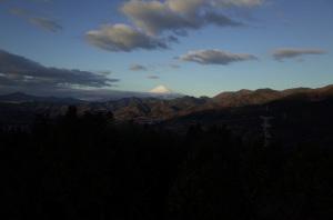 【作例1】富士山(神奈川県秦野市・丹沢・菜の花台展望台から):Ricoh GR、18.3mm(35mm版28mm相当)、F5.6、1/350秒、プログラムAE、-0.7EV補正、ISO-AUTO(ISO 100)、AWB、画像設定:スタンダード