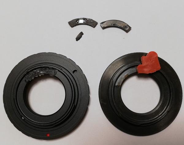 """【写真2】左:""""Aluminium Alloy Lens Mount Adapter Converter fr C-Mount Lens to Nikon 1 DSLR""""(DSLRと書いてあるが、Nikon 1はDSLRではなくミラーレスデジタルカメラだ)から接着したGfotoの薄型タンポポチップを剥がしたところ、右:GfotoのПереходник C-mount - Nikon 1 SLIM Gfoto с чипом AF/EXPからチップを剥がしたところ"""