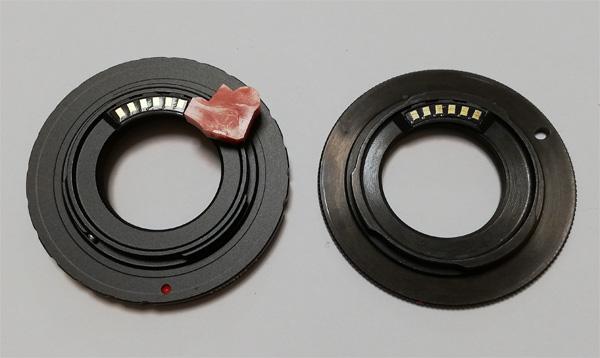 """【写真1】左:""""Aluminium Alloy Lens Mount Adapter Converter fr C-Mount Lens to Nikon 1 DSLR""""(DSLRと書いてあるが、Nikon 1はDSLRではなくミラーレスデジタルカメラだ)にGfotoの薄型タンポポチップを接着したところ、右:GfotoのПереходник C-mount - Nikon 1 SLIM Gfoto с чипом AF/EXP"""