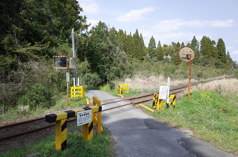【写真2】小湊鐵道柿木台踏切全体:Ricoh GR、18.3mm(35mm版28mm相当)、F5.6、1/250秒、プログラムAE、ISO-AUTO(ISO 100)、AWB