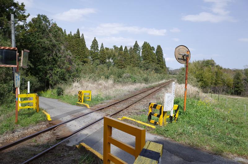 【写真1】小湊鐵道柿木台踏切:Ricoh GR、18.3mm(35mm版28mm相当)、F5.6、1/400秒、プログラムAE、ISO-AUTO(ISO 100)、AWB