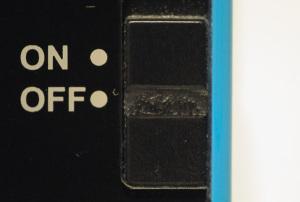 【写真追加】セイコークロックRAIDEN NR534Lの折れたALARMスイッチ:Nikon D300S、Cosina Voigtlander Macro-Apolanthar 125mm F2.5 SL、Kenko L37 Super PRO、125mm、F2.5開放、1/60秒、絞り優先AE、ISO-AUTO(ISO 3200)、AWB、ピクチャーコントロール:ポートレート、マルチパターン測光、高感度ノイズ低減:標準、手持ち撮影等倍(マクロアポランターは繰り出すと等倍撮影で約4倍の露出倍数が掛かることが撮影データからも分かると思う)