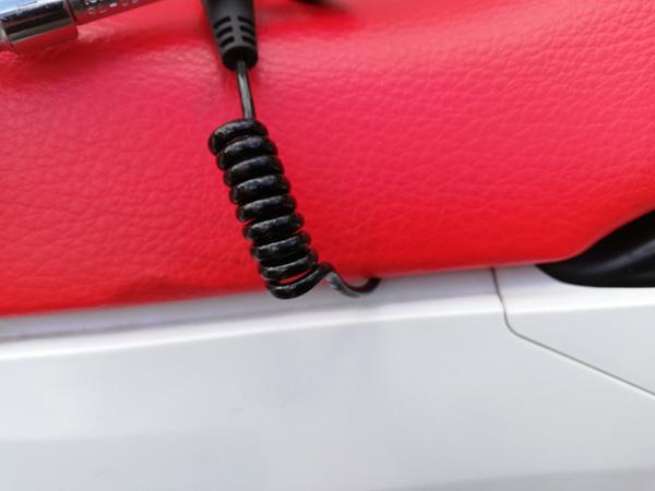 無限電光 バイク用エアバッグhit-air MLV-Pブラックの伸縮ワイヤーをHonda CRF250Lのシート下フレームに取り付けてシート下から出したところ