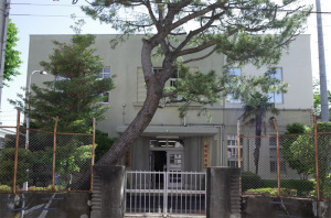 【写真1】神奈川県警中村町分庁舎(自動車警ら隊・機動捜査隊):Ricoh GR、18.3mm(35mm版28mm相当)、F5.6、1/160秒、プログラムAE、ISO-AUTO(ISO 100)、AWB、画像設定:スタンダード、スポットAF中央1点