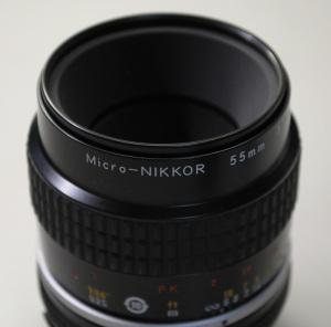 【写真2】Ai Micro-Nikkor 55mm f/2.8S(Serial No.814488)のレンズ先端部:Nikon D300S、AF-S DX NIKKOR 18-55mm f/3.5-5.6G VR(55mm、35mm判換算82.5mm相当)、F5.6開放、1/125秒、ISO-AUTO(1100)、AWB、ピクチャーコントロール:ポートレート、マルチパターン測光、高感度ノイズ低減:標準、手持ち撮影