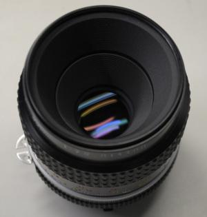 【写真3】Ai Micro-Nikkor 55mm f/2.8S(Serial No.814488)のレンズ先端部:Nikon D300S、AF-S DX NIKKOR 18-55mm f/3.5-5.6G VR(55mm、35mm判換算82.5mm相当)、F5.6開放、1/125秒、ISO-AUTO(1250)、AWB、ピクチャーコントロール:ポートレート、マルチパターン測光、高感度ノイズ低減:標準、手持ち撮影