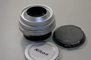 【写真下】AI Nikkor 45mm F2.8P(シルバー)(底キャップは一般用のLF-1):Nikon D300S、Ai Micro-Nikkor 55mm f/2.8S(Ai Micro-Nikkor 55mm F2.8S)(35mm判換算82.5mm相当)、F2.8、1/160秒、ISO-AUTO(200)、WB晴天、ピクチャーコントロール:ポートレート、マルチパターン測光、マニュアルフォーカス 、高感度ノイズ低減:標準、手持ち撮影